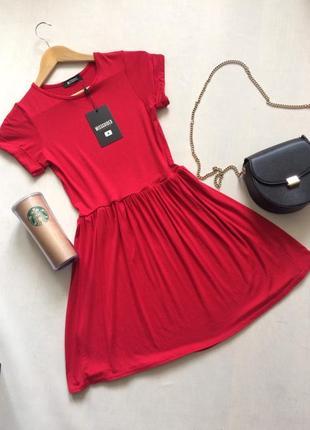Трикотажное платье актуального насыщенно-красного цвета с коротким рукавом