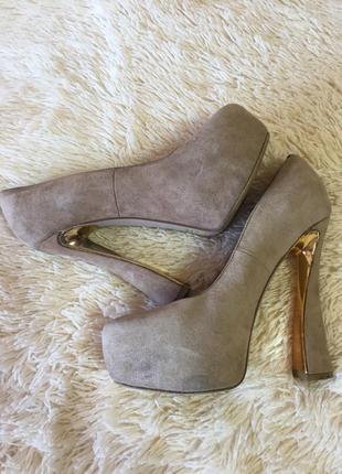 Туфлі на високому каблуку