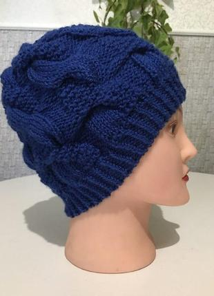 Синяя шапка косами.