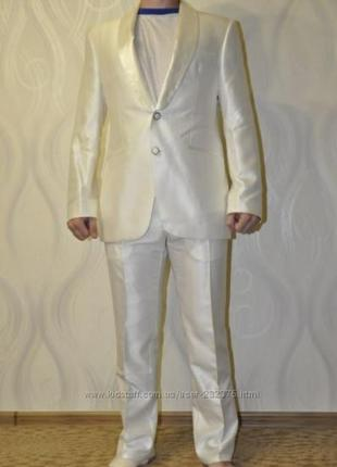 Белый красивый костюм