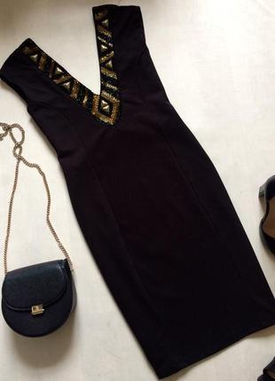 Красивое нарядное платье с расшитым бисером декольте и глубоким вырезом на спине