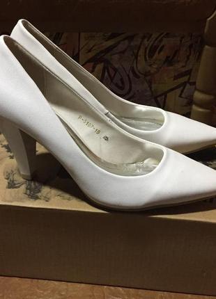 Белые свадебные(праздничные) лодочки на маленьком каблуке размер 37 эко кожа