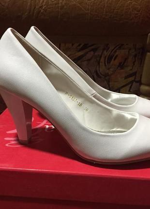 Белые туфли лодочки на низком каблуке свадебные праздничные размер 36