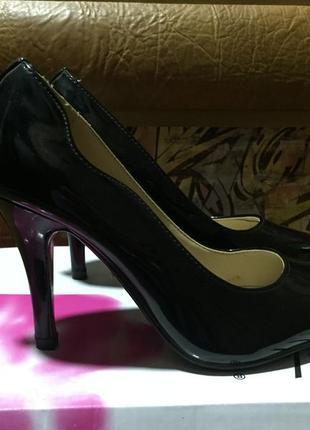 Лаковые черные туфли лодочки на среднем каблуке размер 35