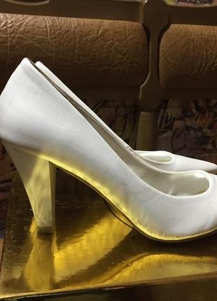 Белые туфли лодочки на маленьком каблуке свадебные праздничные размер 36