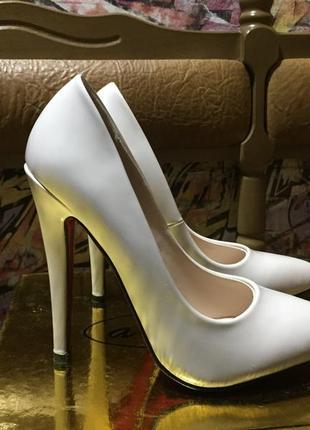 Лаковые бежевые туфли лодочки на высоком каблуке с красной подошвой размер 37