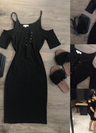 Чорне плаття в дрібний рубчик з шнуровкою