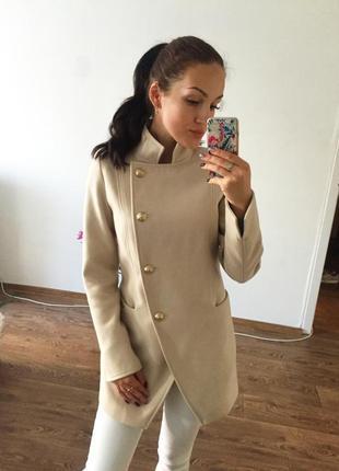 Светлое кашемировое пальто на подкладке