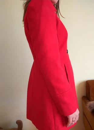 Демисезонне пальто червоного кольору