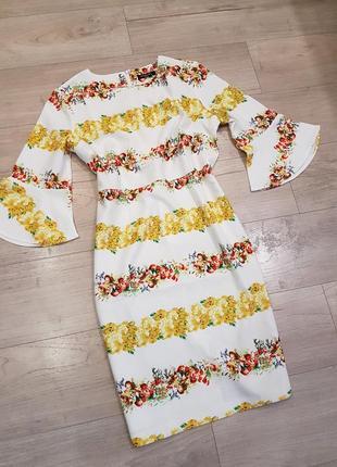 Белое платье с цветочным притом и расклешенным рукавом