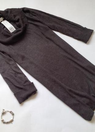 Длинный свитер с высоким горлом.