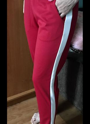 Новые штаны красные с белыми лампасами полоска белая спортивные повседневные штаны