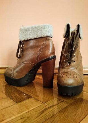 Зимние классные сапожки на высоком каблуке