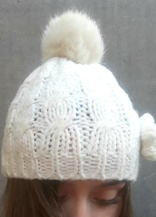 Белая шапка вязаная с меховым помпоном