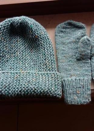 Стильные вязанные варежки и шапка