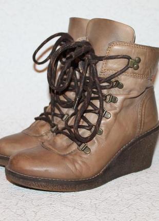 Актуальные кожаные ботинки на танкетке 37 размер 24 см стелька