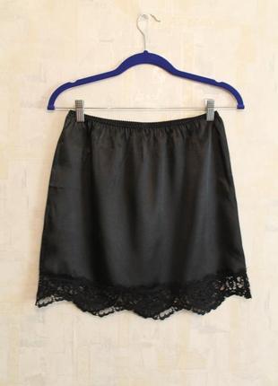Черная юбка в бельевом стиле united colors of benetton, италия. кружевная атласная юбка