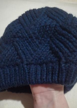 Вязаная демисезонная шапка синего цвета