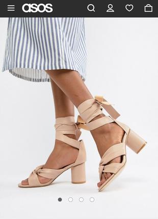 Босоножки на каблуке с балетными завязками glamorous
