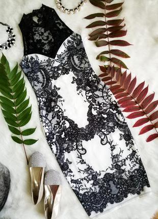 Ширакарное платье з кружевом и кружевним принтом.
