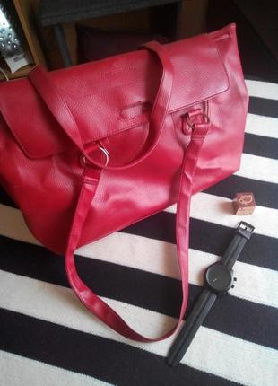 Червона вмістка сумка