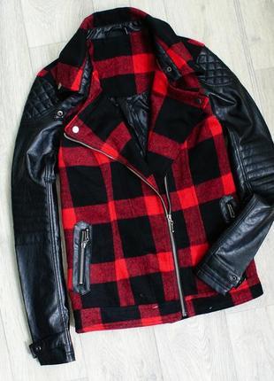 Теплая куртка косуха в красную клетку рукава кожзам  в составе шерсть
