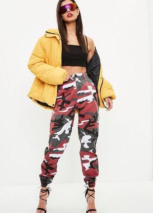 Крутейшие камуфляжные брюки с цепочками  missguided