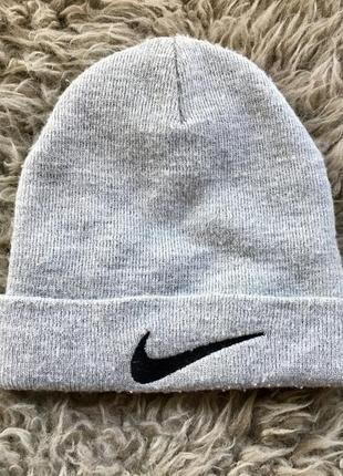 Сіра шапка nike
