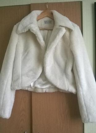 Белый стильный полушубок.