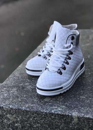 Белоснежные сапожки на шнуровке