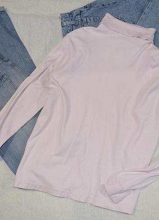 Нежно розовый свитер под горло