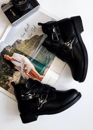 Ботинки деми с ремешками