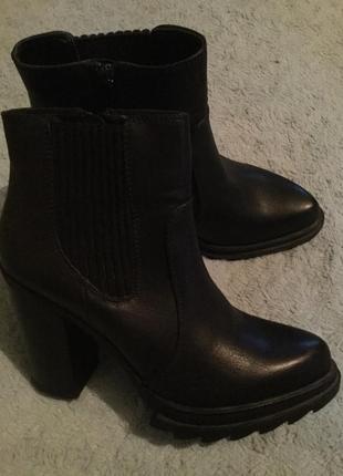 Остроносые черные ботинки на высоком каблуке