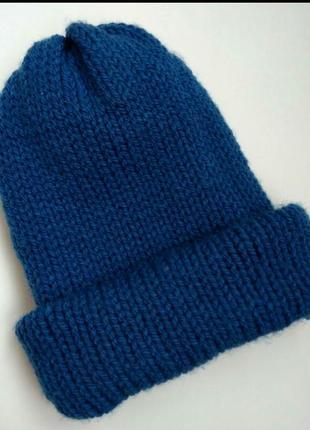 Трендовая шапка синяя крупной вязки
