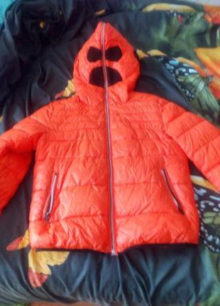 Супер куртка,от ветра и дождя застегивается,оставляя место для глаз и рта
