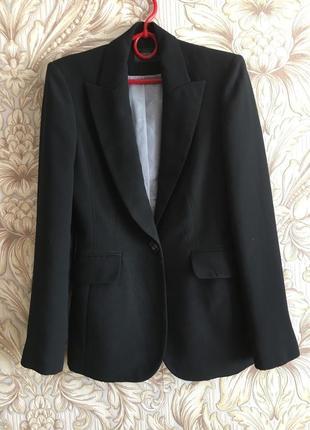 Удлинённый приталенный чёрный жакет пиджак