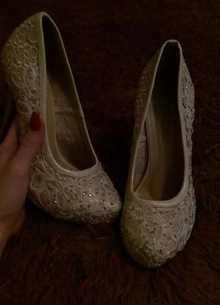 Нежные бежевые туфли