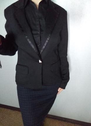 Красивый черный пиджак с оригинальной подкладкой