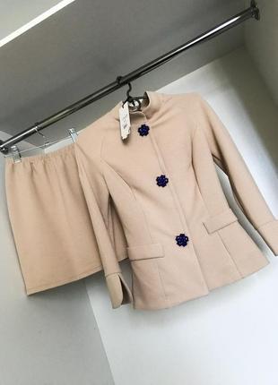Женский классический стильный нарядный бежевый костюм комплект пиджак с высокой юбкой