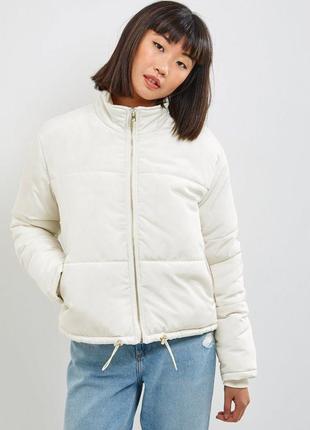 Молочная теплая белая короткая дутая куртка пуховик