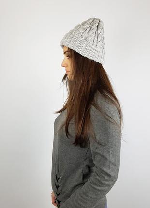 Серая вязаная крутая шапка с косами бини