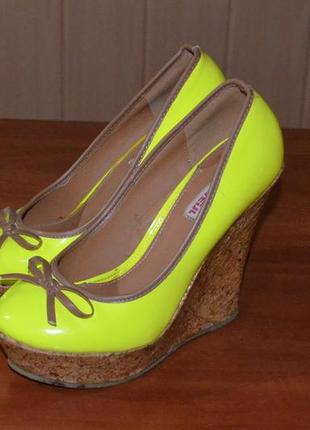 Жіночі лакові туфлі 37 р. + лакова сумка bershka в подарунок!