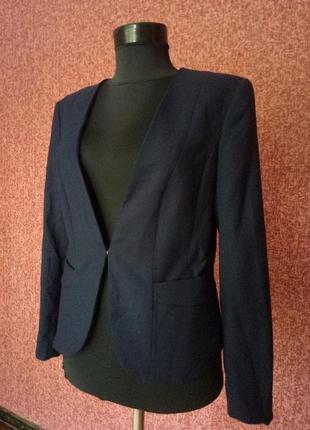 Оригинальный пиджак h&m  красивого насыщенного синего цвета