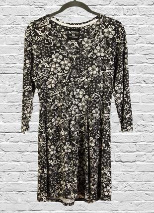 Черное платье короткое с цветочным принтом