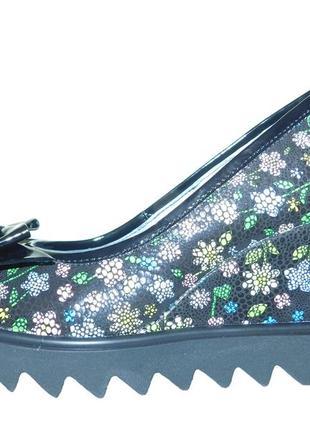 Туфли в цветочек на танкетке