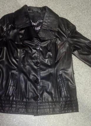 Кожаная куртка интересного кроя в отличном состоянии