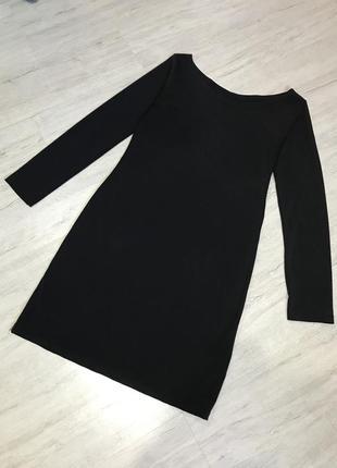 Черное платье с длинным рукавом.
