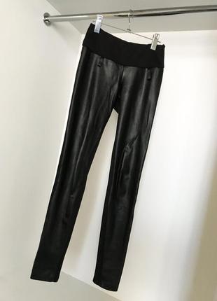 Чёрные женские облегающие лосины леггинсы с спереди вставками экокожи широкий пояс