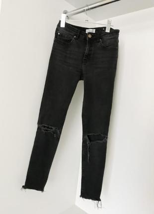 Женские темно-серые укорочённые джинсы джеггинсы скини рванки на коленях mango