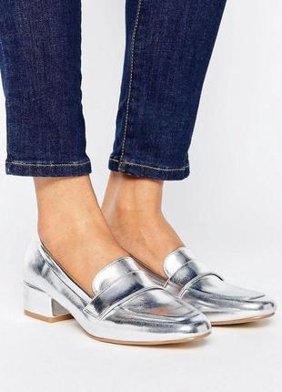 Серебристые туфли на низком каблучке